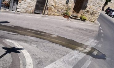 Acqua in strada, c'è una perdita da settimane