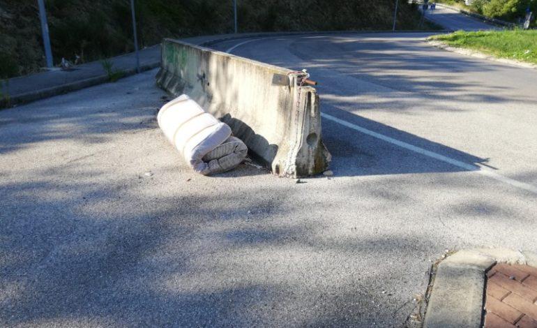 A San Mariano rifiuti abbandonati nascosti dietro le barriere Jersey