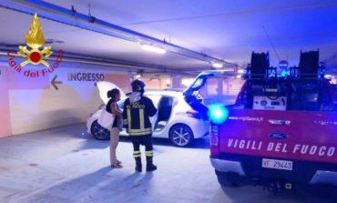 Fiamme da un'auto nel parcheggio del Quasar: intervengono pompieri e addetti alla sicurezza