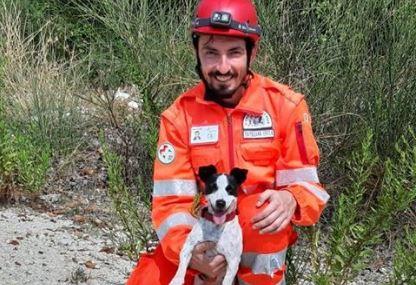 Il volontario Francesco e la cagnolina Frida di OVUS pronti alla ricerca di persone sotto le macerie