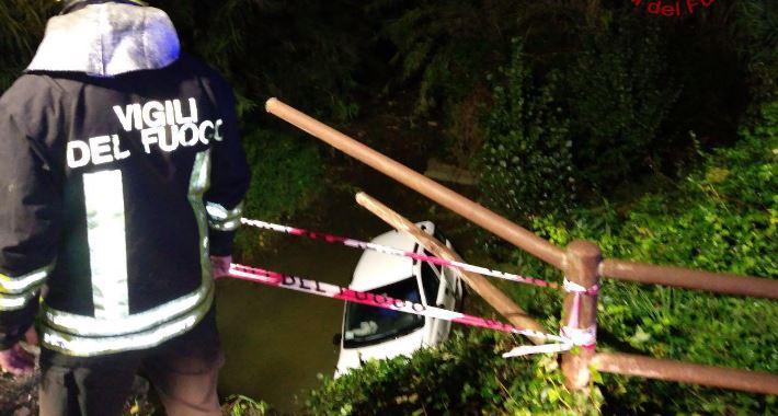 Auto nel fosso a Capocavallo, uomo salvato dai Vigili del fuoco