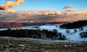 Neve sui monti dell'Umbria e disagi per il forte vento