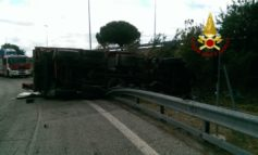 Camion si ribalta allo svincolo di Corciano, un morto