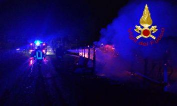 Secondo incendio in poco tempo a Castelvieto, in fiamme una rimessa