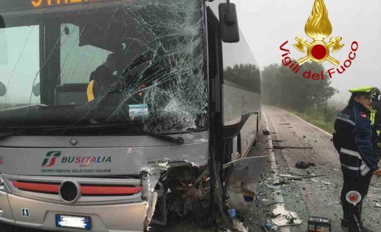 Auto e bus si scontrano: due feriti lungo la strada che porta a Solomeo