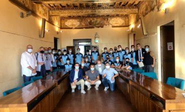 """Visita istituzionale dell'Ellera Calcio in Comune, Betti: """"Portate con orgoglio la maglia"""""""