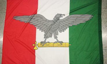 Affigge la bandiera di Salò al palo della luce, denunciato