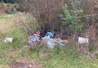 Rifiuti abbandonati: i residenti segnalano con foto