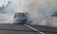 Auto in fiamme dopo un incidente: traffico in tilt a Taverne